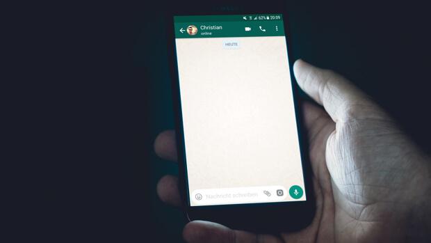 Creen que al borrar un mensaje de WhatsApp se elimina del teléfono, pero todo se queda grabado en el móvil y podemos acceder a ello en cuestión de días